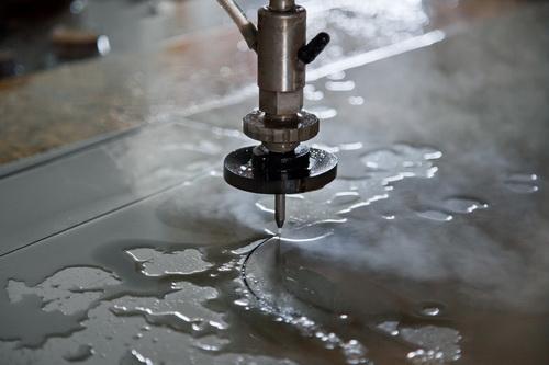 Резка металла водой - видео гидроабразивной резки металлов 4
